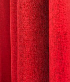 Mörkläggningstyg med melerad, naturlig struktur. Röd färg och permanent flamskyddad.
