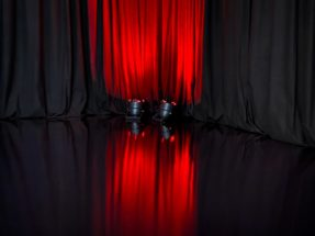 Högblankt svart golv till Event, mässa och streamingstudio
