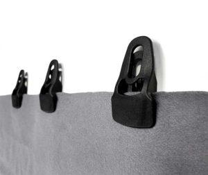 Klämma till akustiskt tyg i padelhall